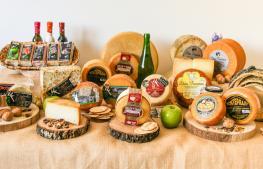 Bodegón con las distintas variedades de queso de la quesería
